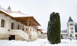 Vista lateral de la entrada de la casa de los monjes Fotos de archivo