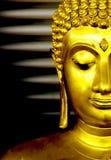 Vista lateral de la estatua de oro de Buda Foto de archivo libre de regalías