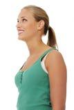 Vista lateral de la hembra atractiva feliz que mira para arriba Imagen de archivo libre de regalías