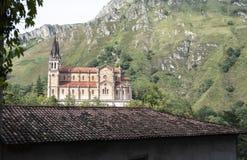 Vista lateral de la iglesia del pueblo de Covadonga de la cueva fotos de archivo
