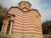 Vista lateral de la iglesia de San Nicolás en el pueblo Drajinac, Serbia fotografía de archivo