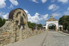 Vista lateral de la iglesia vieja Monumento de la arquitectura de 19 siglos Ucrania del oeste Goshev Foto de archivo