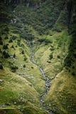 Vista lateral de la montaña del río Foto de archivo
