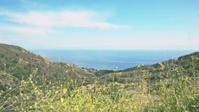 Vista lateral de la montaña en Malibu almacen de video