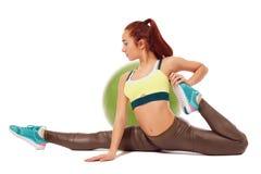 Vista lateral de la muchacha flexible que ejercita aeróbicos Foto de archivo
