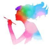 Vista lateral de la muchacha hermosa del artista que sostiene la brocha Imagenes de archivo