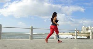 Vista lateral de la mujer discapacitada que camina en la 'promenade' 4k metrajes