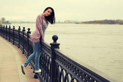 Vista lateral de la mujer joven que se divierte en la cerca del embancment, imagen entonada Fotografía de archivo libre de regalías