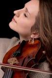 Vista lateral de la mujer preciosa con el violín Fotos de archivo