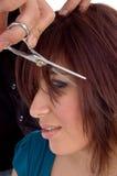 Vista lateral de la mujer que consigue corte de pelo Foto de archivo