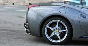 Vista lateral de la rueda hermosa de Gray Ferrari California Supercar Alloy almacen de metraje de vídeo