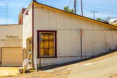 Vista lateral de la tienda antigua abandonada con subido encima de Windows Imagenes de archivo