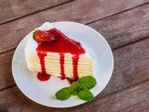 Vista lateral de la torta del crepé de la fresa Imagen de archivo libre de regalías