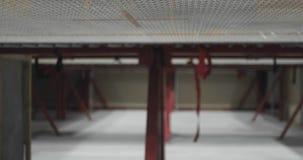 Vista lateral de la visión inferior usando el acróbata que salta en un trampolín Vuelo y tirones almacen de video