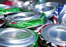 Vista lateral de las latas de soda cushed Imagen de archivo