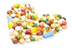 Vista lateral de las píldoras de la medicina formadas como corazón Imagen de archivo
