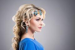 Vista lateral de los accesorios del zafiro de la muchacha que llevan magnífica Imagen de archivo
