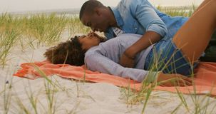 Vista lateral de los pares afroamericanos que se divierten en la playa 4k metrajes