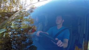 Vista lateral de los pares que se sientan en campista mientras que conduce a través de Noruega almacen de video