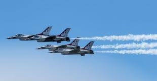 Vista lateral de los Thunderbirds de la fuerza aérea que vuelan cierre junto imágenes de archivo libres de regalías