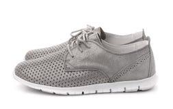 Vista lateral de los zapatos de cuero grises del deporte Fotos de archivo