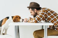 vista lateral de nariz de cão tocante do homem foto de stock