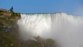 Vista lateral de Niagara Falls los E.E.U.U. de debajo almacen de metraje de vídeo