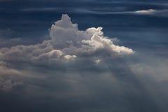 Vista lateral de nuvens de cumulus e de sunrays Fotografia de Stock