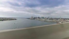 Vista lateral de San Diego Skyline según lo visto del puente de Coronado almacen de video
