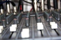 Vista lateral de slideres de mistura audio da placa Foto de Stock