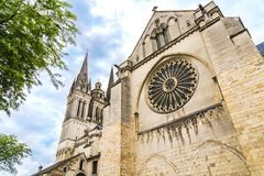 Vista lateral de St Maurice Cathedral Angers, França foto de stock