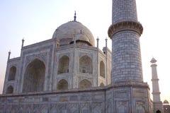 Vista lateral de Taj Mahal During Dramatic Sunrise imagen de archivo