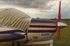 Vista lateral de um avião do motor em um dia nebuloso Um aeródromo privado pequeno em Zhytomyr, Ucrânia imagem de stock royalty free
