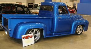 Vista lateral de um caminhão de recolhimento modelo de Blue Ford dos anos 40 Foto de Stock Royalty Free