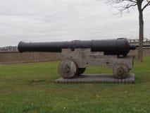 Vista lateral de um canhão histórico no parque em Rochester, Kent fotografia de stock