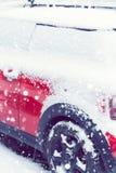 Vista lateral de um carro vermelho coberto após a queda de neve toned Imagens de Stock Royalty Free