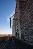 Vista lateral de um elevador e de uma trilha de madeira velhos de grão Foto de Stock Royalty Free