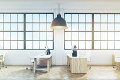 Vista lateral de um escritório com assoalho e mobília de madeira, tonificada Foto de Stock