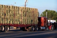 Vista lateral de um feno que reboca o caminhão em escalas imagens de stock