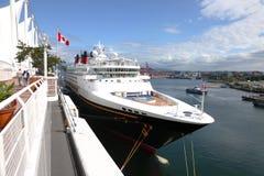 Vista lateral de um navio de cruzeiros em Vancôver BC Canadá. imagens de stock royalty free