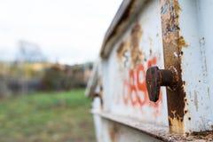 Vista lateral de um recipiente enchido com o fim do desperdício da construção disparado acima na luz natural foto de stock royalty free