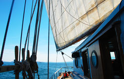 Vista lateral de un barco de vela del Schooner fotos de archivo