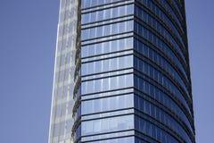 Vista lateral de un edificio corporativo moderno azul integrado por dos estructuras de gran altura Foto de archivo