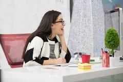 Vista lateral de un empresario satisfecho con un nuevo trabajo en la oficina imagen de archivo libre de regalías