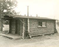 Vista lateral de un hogar de la cabaña de madera fotografía de archivo