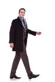 Vista lateral de un hombre de negocios que recorre Foto de archivo libre de regalías