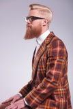 Vista lateral de un hombre joven de la moda con la barba larga Foto de archivo libre de regalías