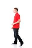 Vista lateral de un hombre que camina adelante Imagen de archivo libre de regalías