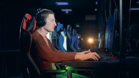 Vista lateral de un hombre que juega un videojuego en un club metrajes