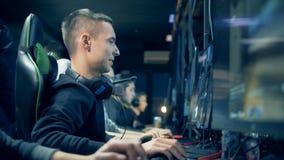 Vista lateral de un hombre sonriente que juega al juego de equipo de red en un club metrajes